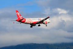 Atterrissage d'avion de la Malaisie Air Asia à l'aéroport international de Chiangmai dans le jour de matin Images libres de droits