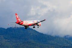 Atterrissage d'avion de la Malaisie Air Asia à l'aéroport international de Chiangmai dans le jour de matin Photos libres de droits