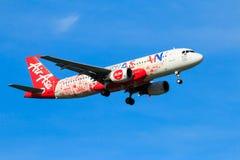 Atterrissage d'avion de la Malaisie Air Asia à l'aéroport international de Chiangmai dans le jour de matin Photographie stock