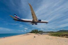 Atterrissage d'avion de ligne aérienne d'Aeroflot à l'aéroport de Phuket Photographie stock