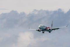 Atterrissage d'avion de ligne aérienne de la Malaisie à l'aéroport de Phuket Images libres de droits
