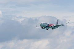 Atterrissage d'avion de ligne aérienne de la Malaisie à l'aéroport de Phuket Photographie stock