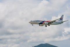 Atterrissage d'avion de ligne aérienne de la Malaisie à l'aéroport de Phuket Photo libre de droits