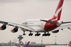 Atterrissage d'avion de ligne de Qantas Airbus A380. Image stock