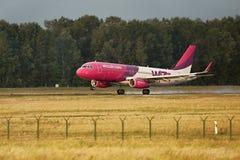Atterrissage d'avion de ligne de Wizzair Images stock