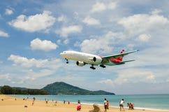 Atterrissage d'avion de lignes aériennes de Nordwind à l'airpo d'International de Phuket Image stock