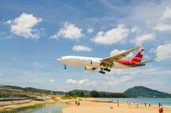 Atterrissage d'avion de lignes aériennes de Nordwind à l'airpo d'International de Phuket Images stock