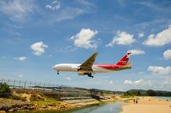 Atterrissage d'avion de lignes aériennes de Nordwind à l'airpo d'International de Phuket Photographie stock