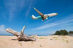 Atterrissage d'avion de Nokair à l'aéroport de phuket Photographie stock