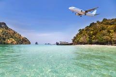 Atterrissage d'avion de passager au-dessus de petite île en mer bleue et plage tropicale Images libres de droits