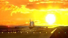 Atterrissage d'avion de passager contre le coucher du soleil attrapé par la caméra banque de vidéos