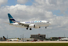 Atterrissage d'avion de passager de Westjet à Miami Photo stock