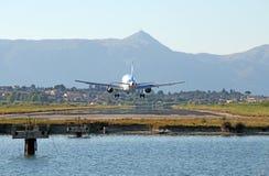 Atterrissage d'avion de passager sur l'aéroport de Corfou Photographie stock libre de droits