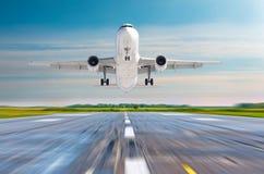Atterrissage d'avion de passager sur un aéroport de piste Image stock