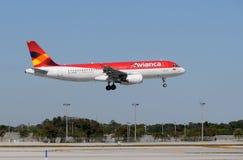 Atterrissage d'avion de passagers d'Avianca Image stock