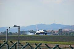 Atterrissage d'avion de Ryanair Photographie stock libre de droits