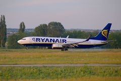 Atterrissage d'avion de Ryanair Image stock