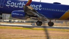 Atterrissage d'avion de Southwest Airlines sur la piste photos libres de droits
