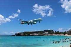 Atterrissage d'avion de St Maarten Maho Beach Photos stock