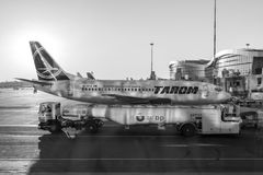 Atterrissage d'avion de Tarom sur Henri Coanda International Airport Photos libres de droits