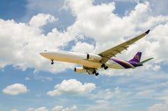 Atterrissage d'avion de Thai Airways à l'aéroport international de Phuket Photos libres de droits