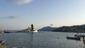 Atterrissage d'avion de turbopropulseur au-dessus de mer et de monastère banque de vidéos