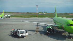 Atterrissage d'avion de turbopropulseur dans l'aéroport de Tolmachevo clips vidéos