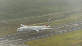 Atterrissage d'avion de voies aériennes d'émirats à l'aéroport de phuket avec le vapo Image stock