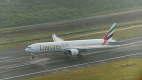 Atterrissage d'avion de voies aériennes d'émirats à l'aéroport de phuket avec le vapo Photos libres de droits