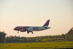 Atterrissage d'avion de Wizzair Image stock