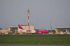 Atterrissage d'avion de Wizzair Image libre de droits