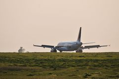 Atterrissage d'avion de Wizzair Photos libres de droits