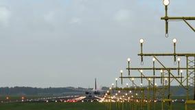 Atterrissage d'avion derrière des lumières de piste banque de vidéos