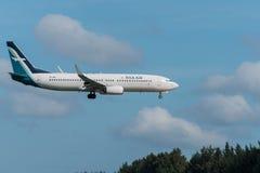 Atterrissage d'avion en soie d'air à l'aéroport de Phuket Photographie stock libre de droits