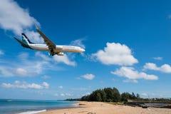 Atterrissage d'avion en soie de voie aérienne d'air à l'aéroport de Phuket Photo libre de droits