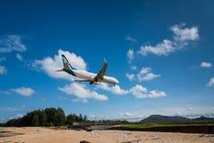 Atterrissage d'avion en soie de voie aérienne d'air à l'aéroport de Phuket Image stock