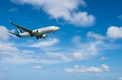 Atterrissage d'avion en soie de voie aérienne d'air à l'aéroport de Phuket Images stock