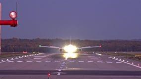 Atterrissage d'avion le soir à l'aéroport de Dusseldorf banque de vidéos