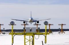 Atterrissage d'avion par derrière Image stock