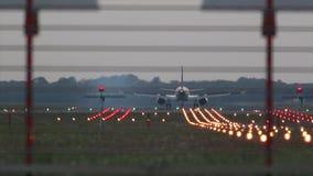 Atterrissage d'avion pendant le coucher du soleil banque de vidéos