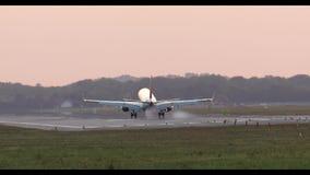 Atterrissage d'avion pendant le coucher du soleil clips vidéos