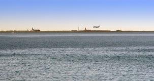 Atterrissage d'avion près de la mer Photos stock