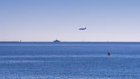 Atterrissage d'avion près de la mer Photographie stock libre de droits