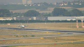 Atterrissage d'avion quatre moteurs banque de vidéos