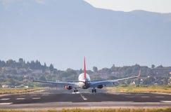 Atterrissage d'avion sur l'aéroport de Corfou Photo libre de droits