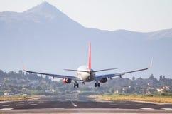 Atterrissage d'avion sur l'aéroport de Corfou Photographie stock