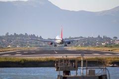 Atterrissage d'avion sur l'aéroport de Corfou Images libres de droits