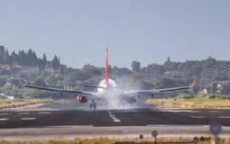 Atterrissage d'avion sur l'aéroport de Corfou Image libre de droits