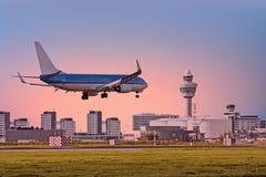 Atterrissage d'avion sur l'aéroport de Schiphol à Amsterdam Pays-Bas Images stock
