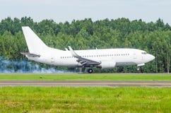 Atterrissage d'avion sur la piste à l'aéroport avec de la fumée du châssis Atterrissage dur Photo stock